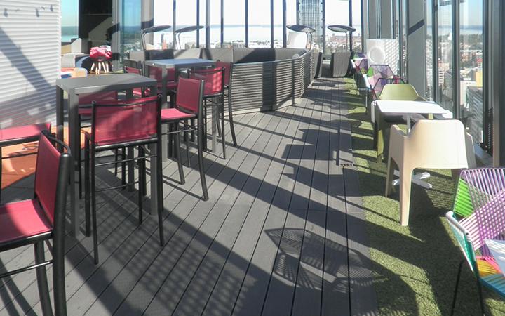 Juma Deck-komposiittilauta - Solo Sokos Hotel Tornin kattoterassilla