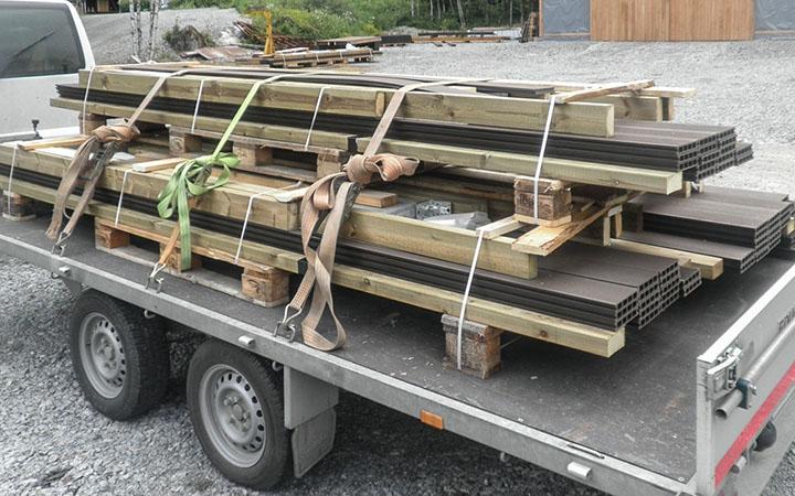 Kolme Juma-komposiittivalmisterassia lastattuna kuljetukseen