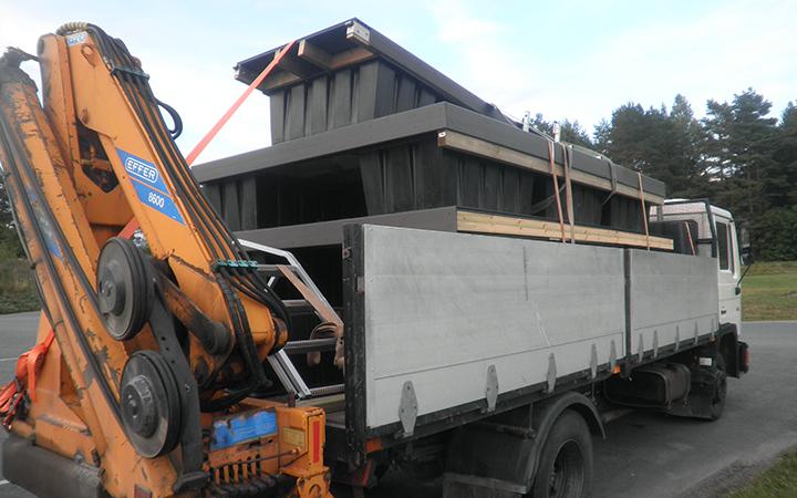 Juma Deck-puukomposiittilautalaituri kuljetuksessa
